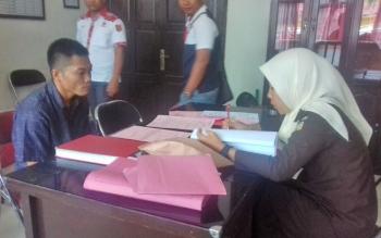 Kabul Budiono alias Jali saat menjalani pemeriksaan tahap II dari JPU Kejari Kotim, Dewi Khartika.