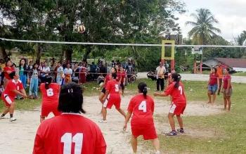 Pertandinganvoli pada turnamen Camat CUP yang dilaksanakan di lapangan Isen Mulang, Kuala Kurun, Jumat (13/10/2017).