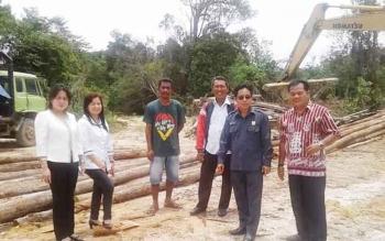Sejumlah anggota DPRD Kabupaten Gunung Mas meninjau pembangunan jembatan di Sungai Konjoi yang berada di ruas jalan Kuala Kurun-Tumbang Miwan, beberapa waktu lalu.