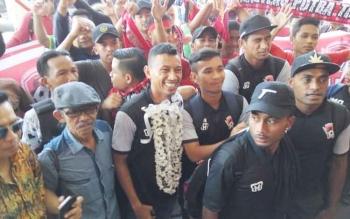 Rifaldi Bawuo dan kawan-kawan saat disambut pendukung setia Kalteng Putra di Bandara Tjilik Riwut, Kota Palangka Raya, Jumat (13/10/2017).