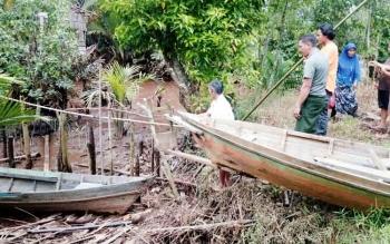 Sejumlah warga Desa Bebaung, Kecamatan Pulau Hanaut, Kabupaten Kotawaringin Timur, menunjukkan tempat munculnya buaya raksasa pada Kamis (12/10/2017).