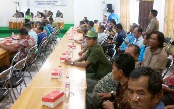 Personel linmas atau hansip saat menghadiri peresmian unit layanan SMS pengaduan Korsa Linmas di BPKAD, Jumat (13/10/2017).