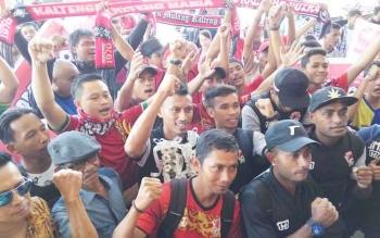 Para pendukung meneriakan yel-yel saat menyambut kedatangan skuad Kalteng Putra di Bandara Tjilik Riwut, Kota Palangka Raya, Jumat (13/10/2017) siang.