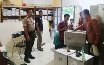 Kabag Ops Polres Sukamara Kompol I Gede Suastika saat mengecek logistik di Dinsos PMDPP-PA Sukamara.