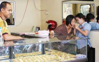 Dua pembeli sedang mencoba perhiasan yang dijual salah satu pedagang kawasan Pusat Perbelanjaan Mentaya (PPM) Sampit.