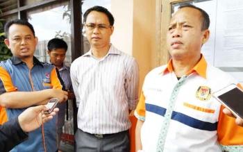 Ketua KPU Kota Palangka Raya Eko Riadi (kanan) memberikan keterangan kepada wartawan, Jumat (13/10/2017).