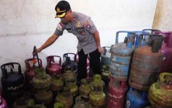 Wakapolres Palangka Raya, Kompol Bronto menunjukan barang bukti tabung gas yang dioplos, Jumat (13/10/2017)