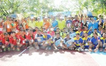 Bupati Kapuas Ir Ben Brahim.S Bahat.MM,MT.membuka secara tournamen Volley Ball SMAN 2 Kuala Kapuas dan foto bersama peserta lomba.