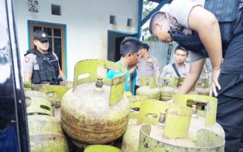 Polisi menyusun tabung gas LPG untuk selanjutnya diamankan ke Polres Palangka Raya, Jumat (13/10/2017) sore