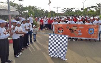 Bupati Murung Raya Perdie M Yoseph, mengibarkan bendera start jalan sehat dalam rangka launching Pilkada 2018.\\r\\n