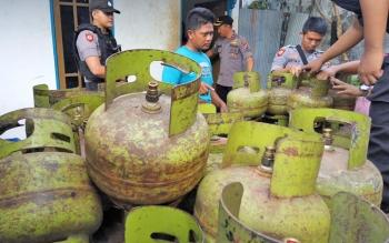 Polisi saat menggerebek lokasi pengoplosan tabung gas elpiji.
