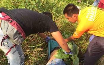 Proses evakuasi mayat perempuan di Jalan Pramuka, Kecamatan MB Ketapang, Sampit.