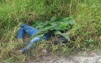 Jasad seorang perempuan yang ditemukan di tepi Jalan Pramuka, Kota Sampit.