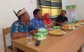 Kades Bungai Jaya Kadiman (kiri), Ketua DPMDes Kabupaten Kapuas, Ibak (kedua dari kiri) menghadiri studi banding PKK Kecamatan Rungan Barat di Desa Bungai Jaya.