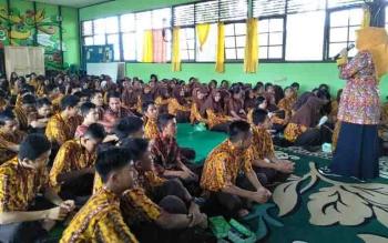 Kepala DKP Kabupaten Kapuas, Nor Apiati memberikan arahan dalam program gerakan literasi SMKN 2 Kuala Kapuas.