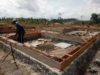 Rumah relokasi untuk warga Desa Tumbang Lampahung di ruas jalan Kuala Kurun-Tumbang Miwan, sudah mulai dibangun, Sabtu (14/10/2017).