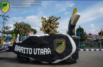 Kabupaten Barito Utara menampilkan mobil hias berbentuk burung enggang atau rangkong saat pawai ta\\\\\\\'aruf menyambut Festival Seni Qasidah ke VI tingkat Provinsi Kalimantan Tengah, di Muara Teweh, Sabtu (14/10/2017).