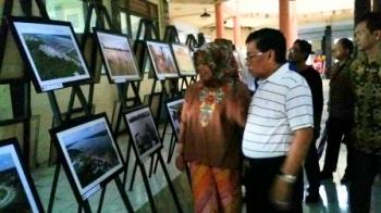 Bupati Kotawaringin Barat Nurhidayah bersama suaminya Ruslan AS, melihat pameran foto di arena Kobar Expo, Sabtu (14/10/2017).