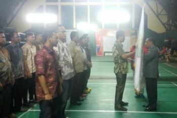 Ketua Pengprov PBSI Kalteng Barlen D Brahim menyerahkan panji PBSI pada Ketua Pengcab PBSI Kobar Arief Asyrofi dalam prosesi pelantikan, Sabtu (14/10/2017) malam.