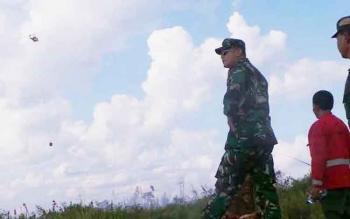 Heli water bombing saat memadamkan karhutla di Kelurahan Raja Seberang pada tahun 2016. Sementara pada tahun 2017 terjadi penurunan angka karhutla di Kobar.