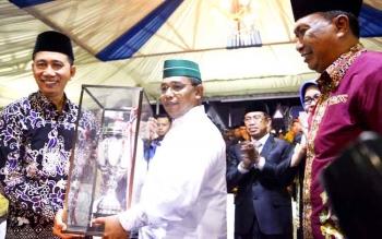 Wakil Gubernur Kalteng, Habib H Said Ismail menyerahkan piala bergilir FSQ kepada Bupati Barito Utara, Nadalsyah