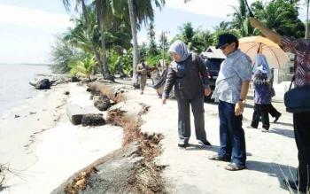 Bupati Kotawaringin Baray Hj Nurhidayah saat meninjau abrasi di Desa Keraya