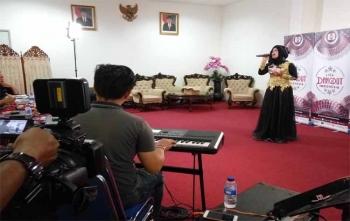 Seorang peserta memasuki tahap video booth pada audisi Liga Dangdut Indonesia di Aula Jayang Tingang, kantor Gubernur Kalimantan Tengah, Minggu (15/10/2017)