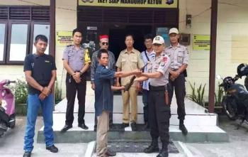 Selun, warga Desa Lawang Kajang menyerahkan senpi rakitannya kepada Kapolsek Timpah Iptu Syaifudin Zuhri, Minggu (15/10/2017)