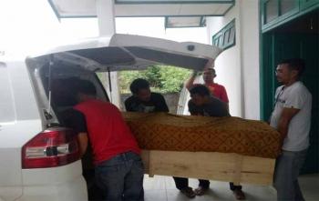 Jenazah Nur Fitri saat hendak dibawa ke kampung halamannya di Seruyan, Minggu (15/10/2017)