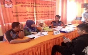 Pegawai KPU Kota Palangka Raya sedang memverifikasi berkas salah satu parpol