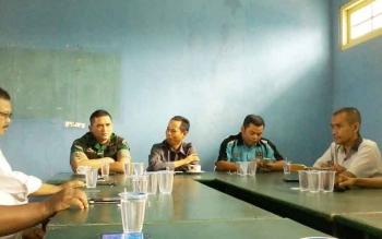 Ketua DPRD Kotawaringin Barat, Triyanto (tengah) berdialog dengan para wartawan di kantor PWI, Senin (16/10/2017)