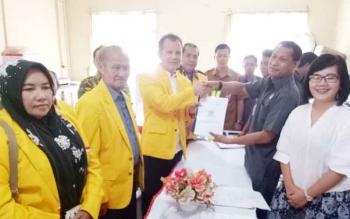 Ketua DPD Partai Golkar Gunung Mas Jaya S Monong menyerahkan berkas pendaftaran ke ketua KPU Gumas Stepenson, Senin (16/10/2017).