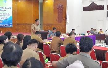 bupati mura saat menyampaikan sambutannya di gedung pertemuan umum.