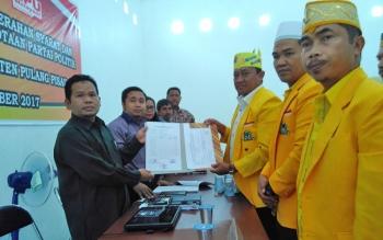 Ketua DPC Partai Golkar Pulang Pisau Edy Pratowo setelah selesai melengkapi syarat Partai Golkar Pulang Pisau sebagai peserta Pemilu.