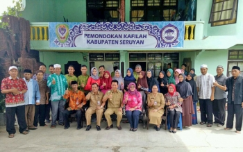 Bupati Barito Utara, Nadalsyah foto bersama seusai mengunjungi pemondokan kafilah FSQ, Senin )16/10/2017)
