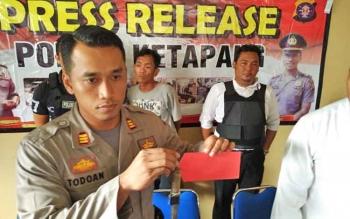 Kapolsek Ketapang AKP Todoan Gultom saat menunjukkan barang bukti pisau yang digunakan tersangka untuk menusuk korban.