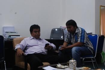 Anggota DPRD Kabupaten Barito Utara Sunario (kiri) saat memberikan keterangan kepada wartawan, Senin (16/10/2017).