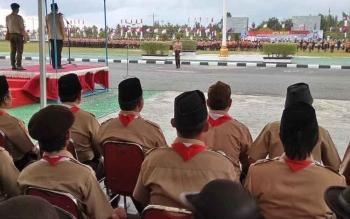 Wakil Bupati Rony Karlos menjadi pembina upacara Apel Besar Peringatan HUT ke-56 Gerakan Pramuka, yang dilaksanakan di halaman kantor bupati, Senin (16/10/2017) sore.