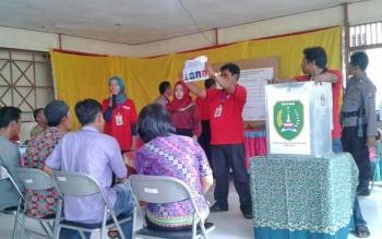 Proses penghitungan suara di TPS di Desa Pudu.