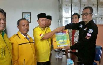 Ketua DPD Partai Golkar Katingan menyerahkan berkas keanggotannya ke Komisioner KPU, Subandi, Senin (16/10/2017).