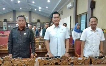 Ketua Komisi I DPRD Kotim, Handoyo J Wibowo (kanan)