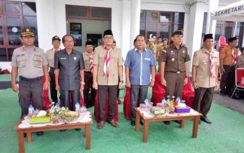 Sejumlah pejabat daerah mengikuti Apel Besar Peringatan HUT ke-56 Gerakan Pramuka di halaman kantor bupati Gunung Mas, Senin (16/10/2017).