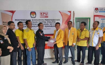 Ketua DPD Golkar Sukamara, Edy Alrusnadi saat menyerahkan berkas keanggotaan kepada KPU Sukamara.