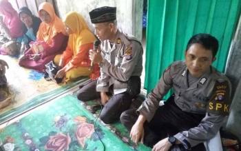 SAMPAIKAN PESAN : Kapolsek Basarang AKP Darwin SE MM sedang menyanpaikan pesan-pesan Kamtibmas kepada para ibu-ibu yasinan di Desa Tambun Raya RT 04, Kecamatan Basarang.