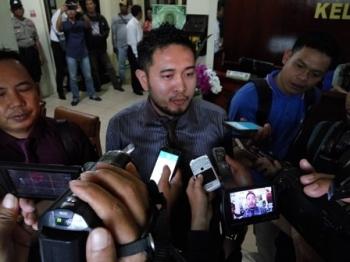 Penasihat hukum Yansen Binti, Sastiono Kesek, memberikan keterangan kepada wartawan seusai sidang praperadilan di Pengadilan Negeri Palangka Raya, Senin (16/10/2017).