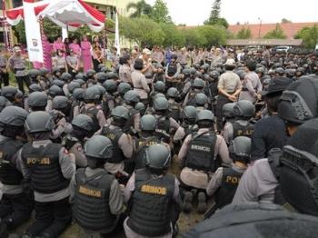 Ratusan polwan mendengarkan arahan Kapolda Kalteng Brigadir Jenderal Anang Revandoko, Senin (16/10/2017).\\r\\n