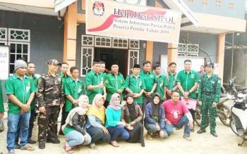 Pengurus DPC PPP Murung Raya foto bersama di halaman kantor KPU Mura, Selasa (17/10/2017).