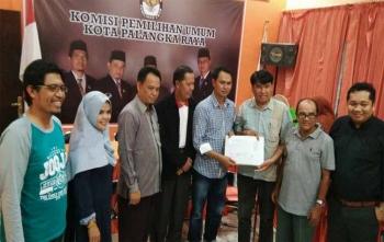 Anggota KPU Kota Palangka Raya, Sastriadi bersama komisioner lainnya menerima berkas dari salah satu partai politik yang menyerahkan berkas salinan KTA dan KTP el, Senin (16/10/2017)
