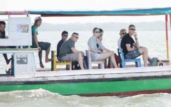 Turis mancanegara saat naik kelotok wisata menuju TWA Tanjung Keluang, para wisman ini tidak dilengkapai dengan alat keselamatan.