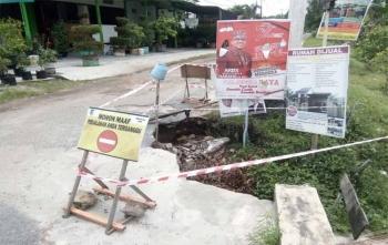 Di sekitar badan Jalan Lele yang ambrol sudah diberikan tanda rambu berbahaya, Selasa (17/10/2017)